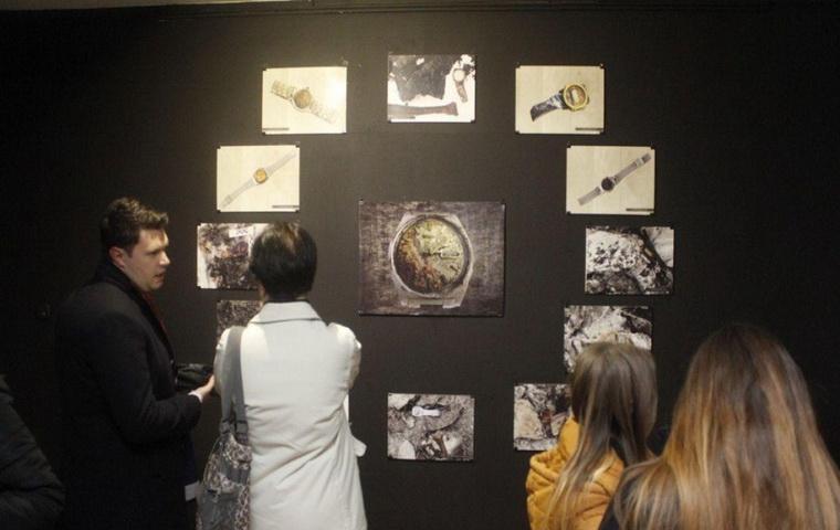 Izložba fotografija satova iz masovnih grobnica – 'Kad je vrijeme stalo'